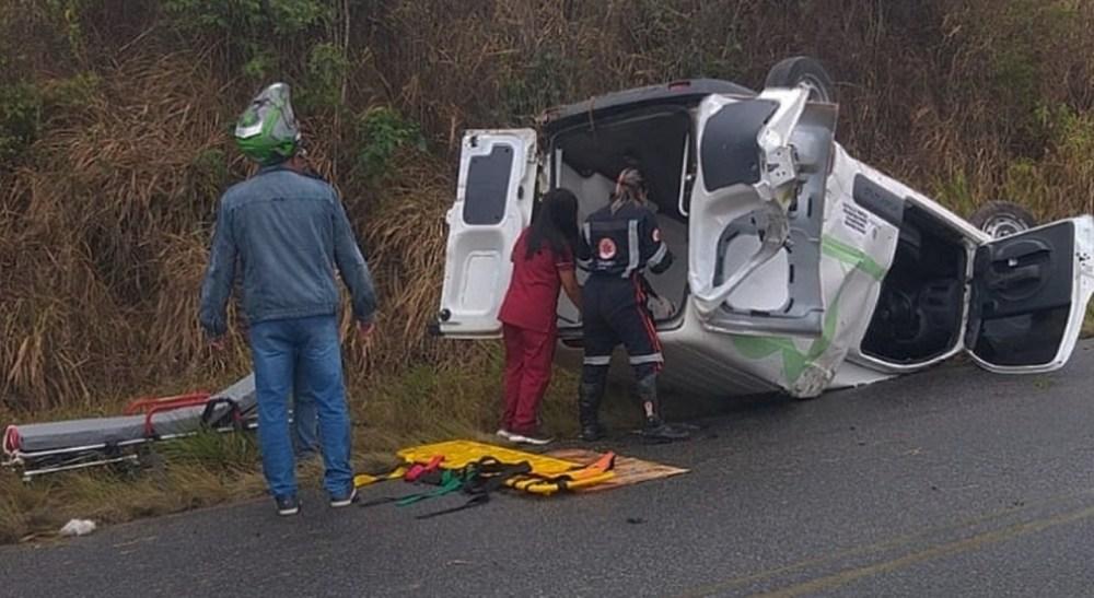 Ambulância que fazia transporte de grávida capota do Agreste de Pernambuco