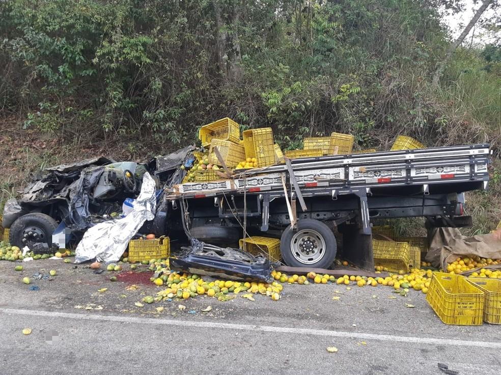 Batida entre caminhões deixa motorista morto na BR-104 no agreste