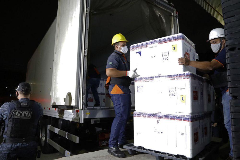 Distribuição das primeiras doses da vacina contra Covid-19 em Pernambuco usa seis caminhões