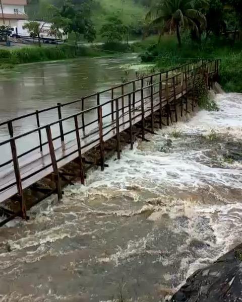 Chuva e forte força da água destruíram ponte no Agreste de Pernambuco