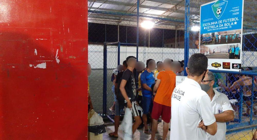 Procon interdita arena onde ocorria jogo de futebol society em Santa Cruz do Capibaribe; cerca de 50 estavam no local