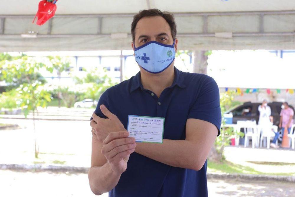 Governador Paulo Câmara é vacinado contra Covid-19 no Recife