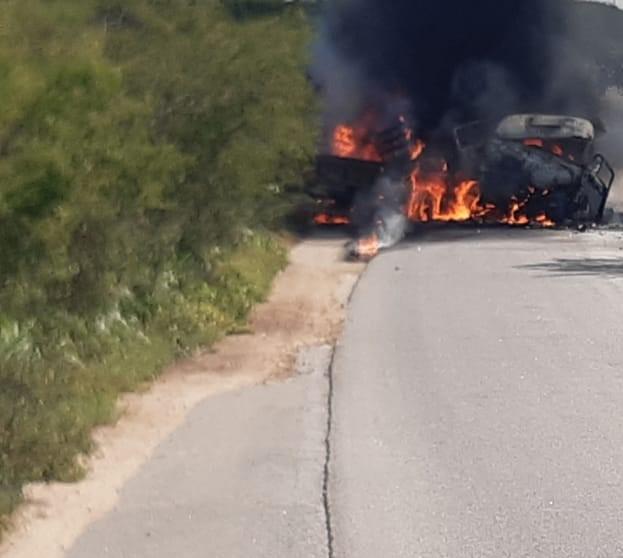 Caminhões batem de frente, pegam fogo e motorista morre carbonizado em Surubim