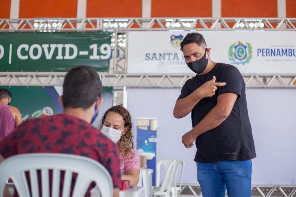 INCLUSÃO: Centro de Vacinação de Santa Cruz agora conta com intérprete de Libras