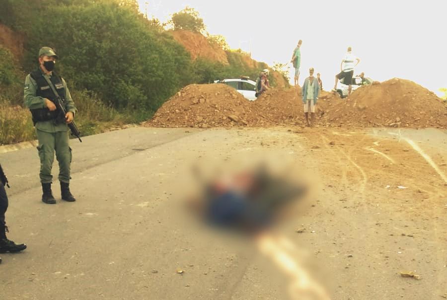 Homem morre após colidir em bloqueio de areia colocado para impedir tráfego na duplicação da BR-104