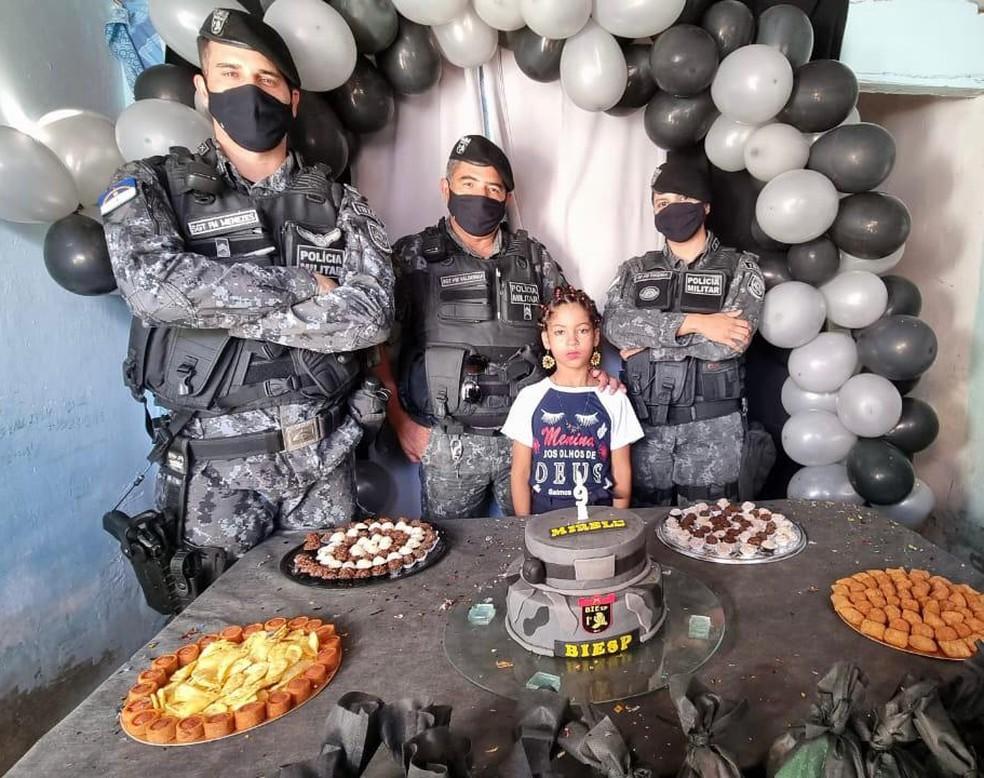 Policiais do Biesp promovem festa de aniversário para menina que sonhava em conhecer o Batalhão