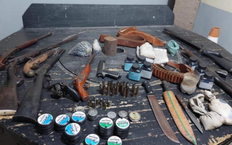 """Polícia apreende """"arsenal"""" de armas em Gravatá, no Agreste"""
