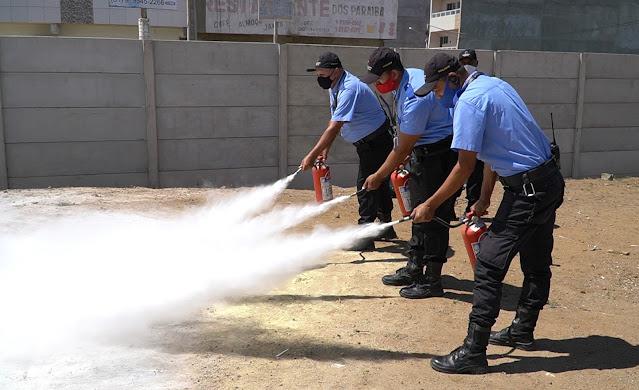 Vigilantes do Moda Center passam por aula prática sobre como combater princípios de incêndios