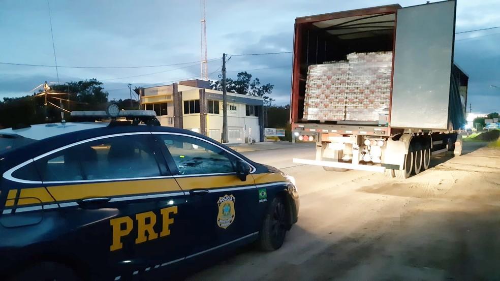 Caminhão com 96 mil latas de cerveja sem nota fiscal é apreendido no Agreste