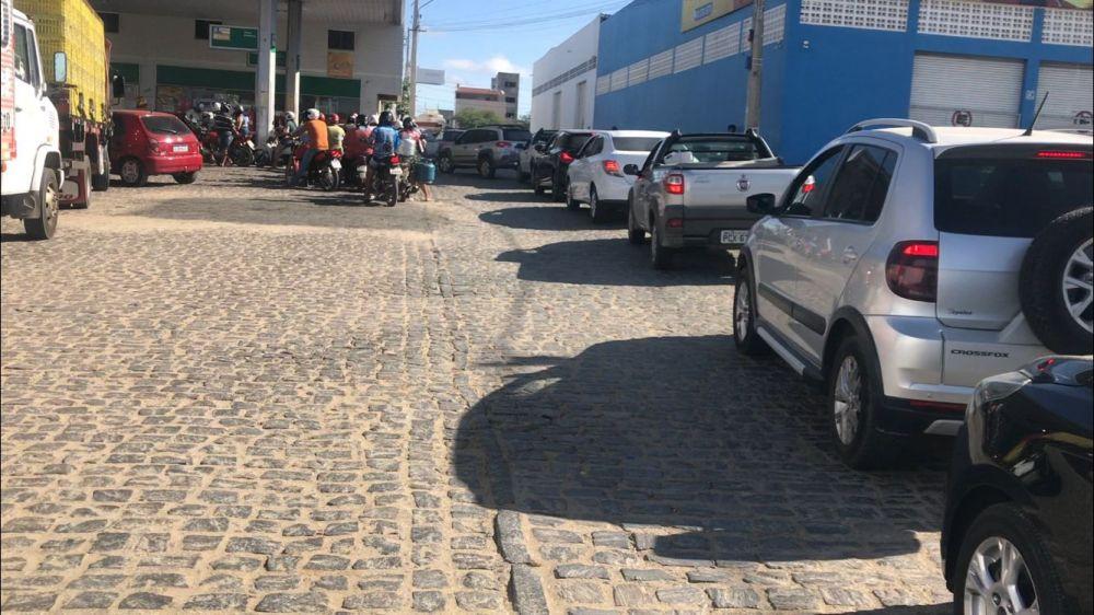 Em Santa Cruz do Capibaribe postos amanhecem com filas em busca de abastecimento
