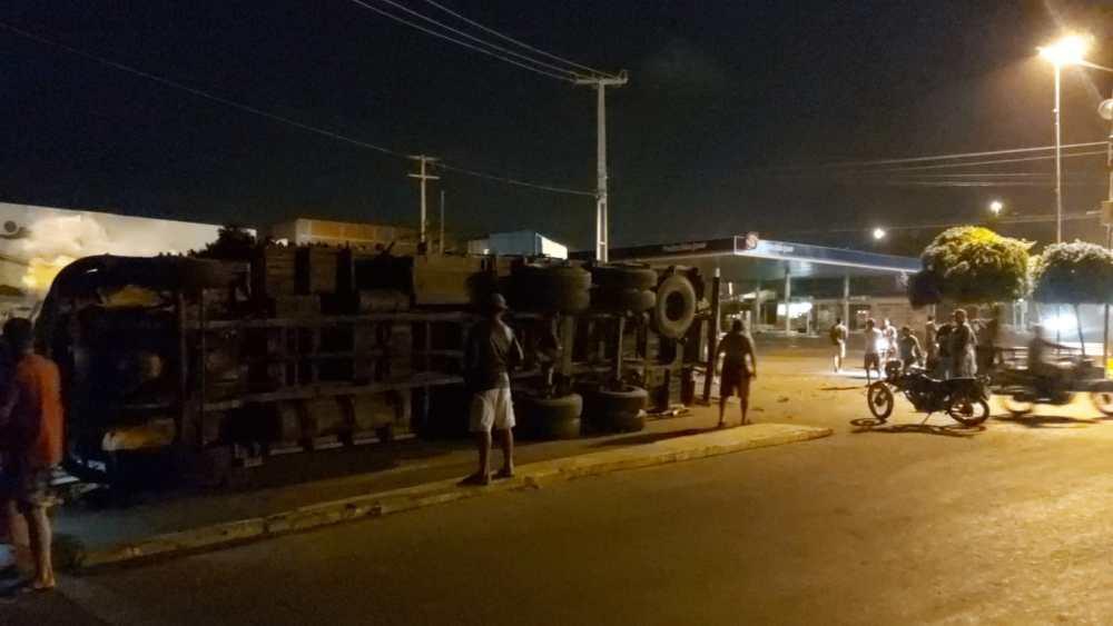 Caminhão carregado de lenha tomba em Jataúba