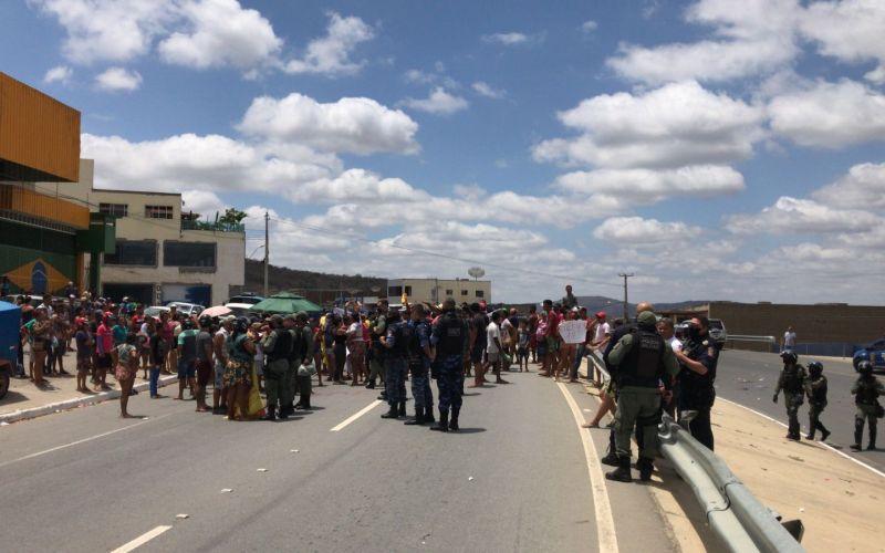 Grupo que ocupa o Residencial Cruzeiro realiza protesto e interdita a PE-160