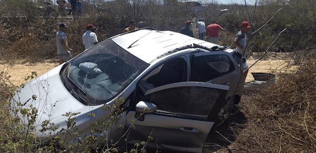Buraco estoura pneu de veículo e provoca grave capotamento na PE-160