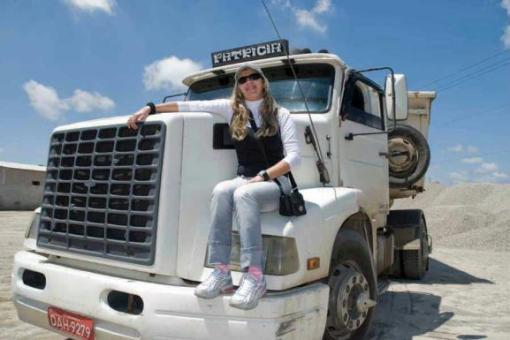 A curitibana Patrícia Concheski, de 37 anos, faz questão de marcar seu nome na cabine do caminhão e deixá-lo bem feminino