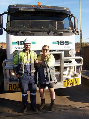 Tristan Freemanton lembra que os road trains rodam 24 horas. Kevin mantém o bom humor mesmo nas manhãs frias do deserto