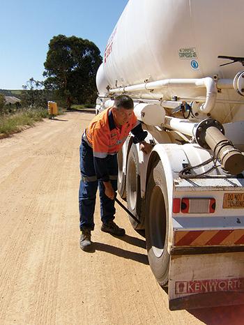 A cada 200 quilômetros rodados, o carreteiro Tony Watson faz uma parada para checar o veículo e bater os pneus