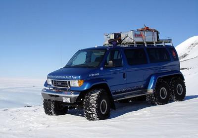 """Esta van da Ford tem por propulsor um V8 """"big block"""", de 7.3 litros. Ela foi adaptada, visivelmente as caixas de roda, para mover-se sobre a neve."""