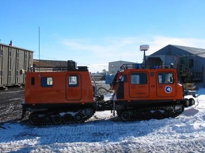 """""""Double Hagglund"""", é um veículo sueco que pode ser visto em duas configurações, a da foto, que é uma versão dupla, ou uma versão que é apenas a parte dianteira. Ambas seções do veículo têm motorização."""