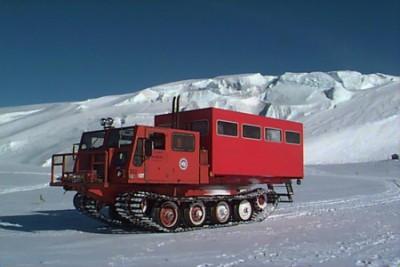 Se a neve estiver muito fofa e as rodas do Delta Truck não forem efetivas, pode-se usr o Spryt, que usa esteiras de metal, tal como um tanque.