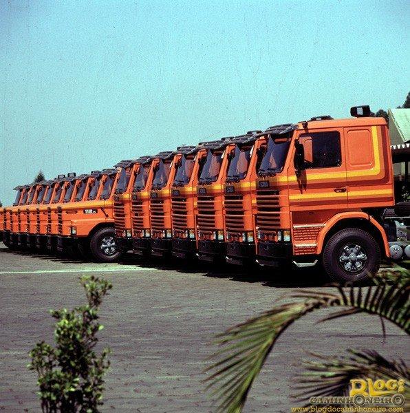 Caminhões novos, todos com faixa decorativa.