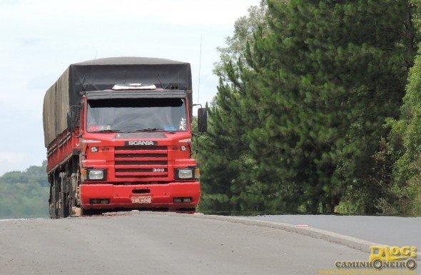 Caminhão Scania T113H360 bitrem na BR-476 - Foto de Rafael Brusque Toporowicz - Blog do Caminhoneiro
