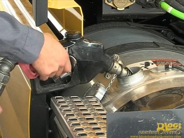 abastecendo diesel