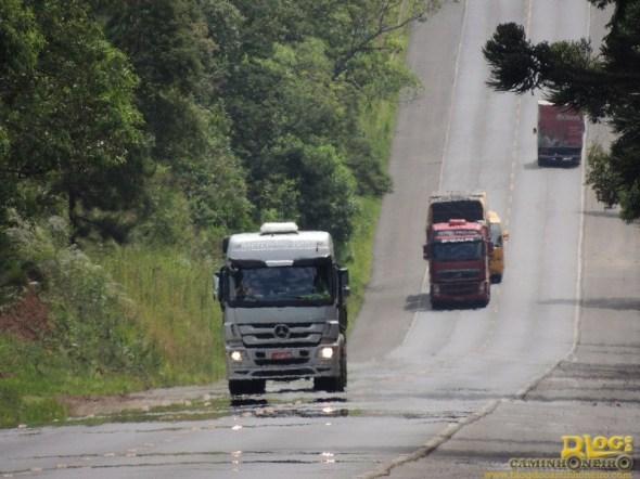 Caminhões na BR-476 - Foto de Rafael Brusque Toporowicz - Blog do Caminhoneiro
