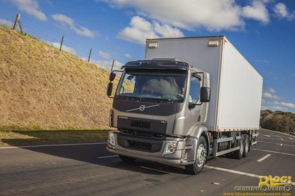 Volvo - Recorde de Vendas 2013 - Linha de montagem - FH e VM novo (3)