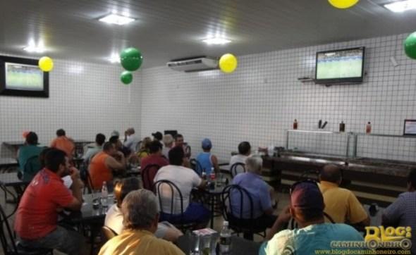 Conveniência do posto ficou lotada de torcedores que pararam para assistir o jogo. (Foto: Cleber Gellio)