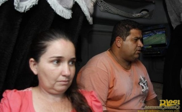 Casal de Minas Gerais, Gleison e Marilda, acompanharam duelo do Brasil com o México pela TV do caminhão. (Foto: Cleber Gellio)