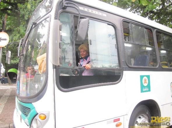 Dona Irene é responsável pela linha 17 em Santos, SP (Foto: João Paulo de Castro / G1)
