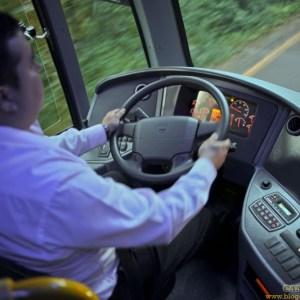 O motorista pode acionar o freio de mão para cumprimentar o colega no outro ônibus?