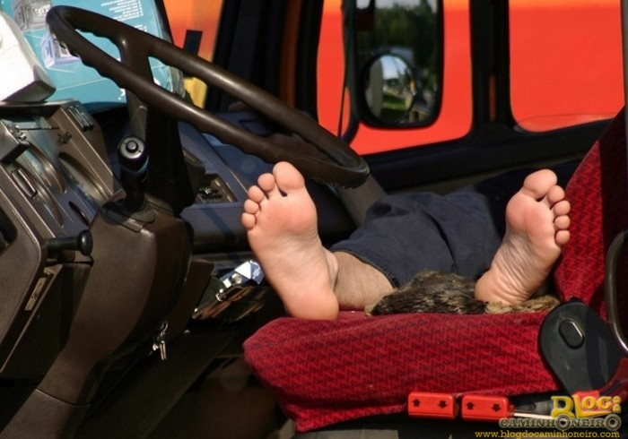 descanso no caminhao - caminhoneiro