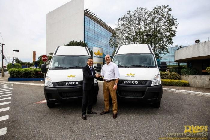 Osmar Hirashiki, diretor de Vendas Corporativas e Vendas ao Governo da Iveco, e Elfio Neto, gerente nacional de transportes da Souza Cruz, fecham acordo para a  venda de 51 veículos da linha Daily.