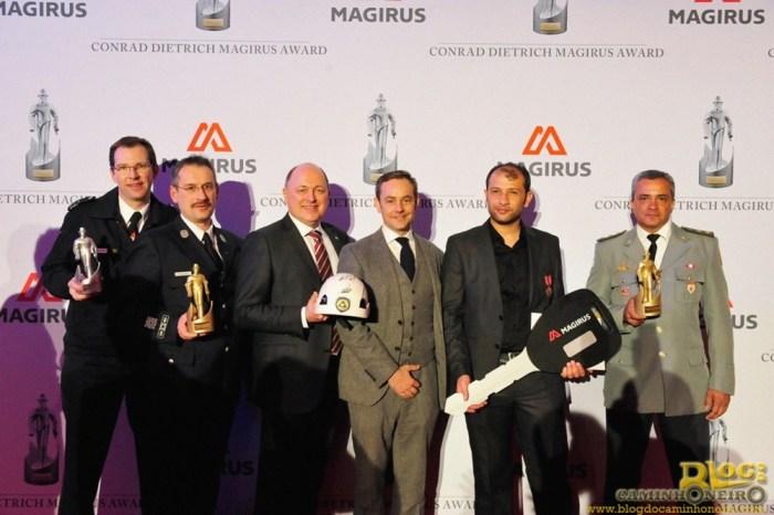 O comandante do 2º GBM, no Méier, coronel Cláudio Nicacio (direita), posa com o troféu, com os outros vencedores e com o CEO interino da Magirus, Andreas Klauser (com o capacete).