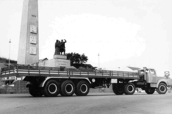Caminhão Scania em foto promocional defronte ao Monumento ao Imigrante