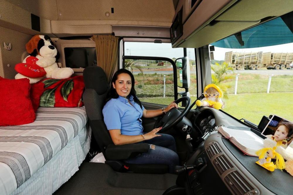 Conheça a rotina de uma mulher que viaja o Brasil guiando caminhão de carga