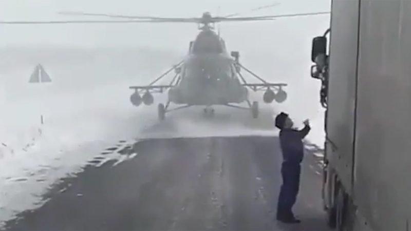 Resultado de imagem para piloto pousa helicoptero e pede informações a caminhoneiro