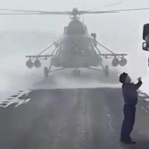 Piloto pousa helicóptero em rodovia e pede informação à caminhoneiro