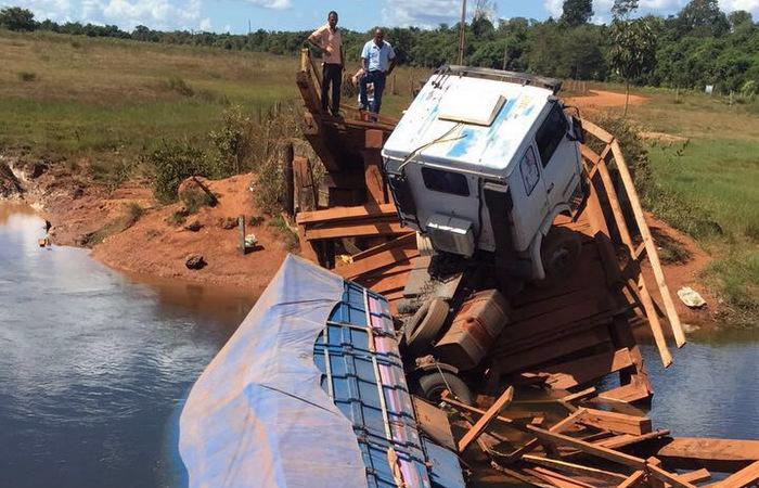 Ponte de madeira despenca em MT enquanto carreta trafegava