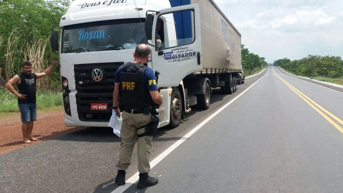 Motorista de caminhão que transportava agrotóxicos sem rótulos é preso