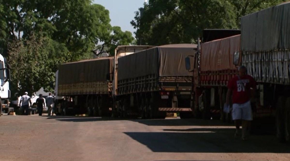 Caminhões ficam apreendidos por mais de 20 dias nas aduanas brasileiras devido à greve da Receita Federal