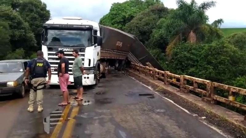 Motoristas param para tirar fotos de carreta tombada e provocam novo acidente