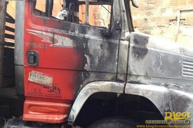 Amigos ajudam caminhoneiro que teve caminhão incendiado durante ataques no Ceará