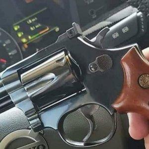 Bolsonaro assina decreto que permite porte de arma a caminhoneiros