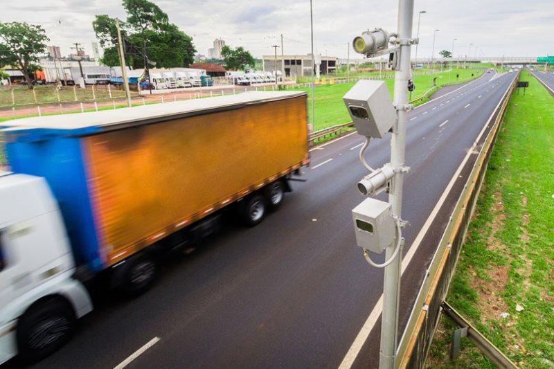 Multas de trânsito podem ser descontadas do salário do caminhoneiro