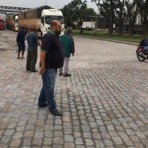 Caminhoneiros fazem paralisação de 24 horas no Porto de Santos, em São Paulo