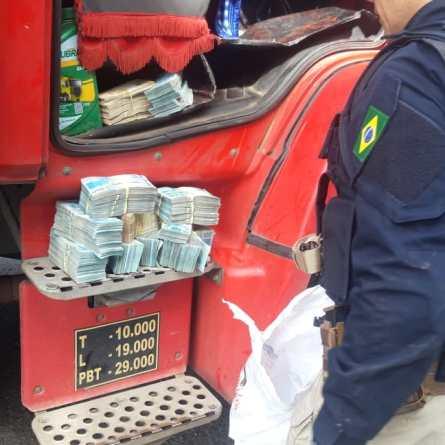 PRF encontra R$ 440 mil na cabine de caminhão