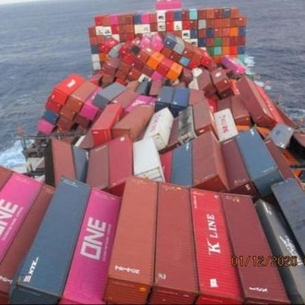Navio cargueiro perde mais de 1.800 contêineres no mar após tempestade