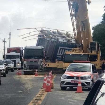 Transformador de 107 toneladas cai de carreta em Santa Catarina